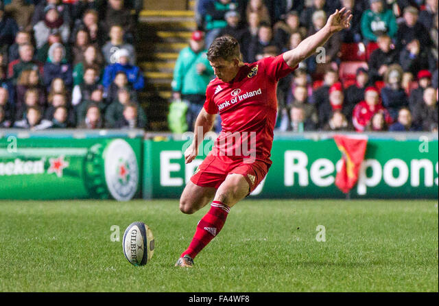 Leicester, England, 20th, December, 2015.  ERCC Leicester v Munster Munster's Ian Keatley takes a penalty.Tigers - Stock-Bilder