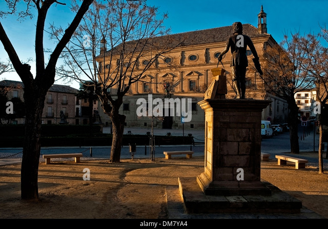 Sunset at statue of Vandelvira with town hall (Palacio de las Cadenas) on the background, Ubeda, Jaen province, - Stock Image