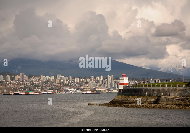 Brockton Point Lighthouse in Stanley Park and the North Shore Mountains, Vancouver, British Columbia, Canada - Stock Image