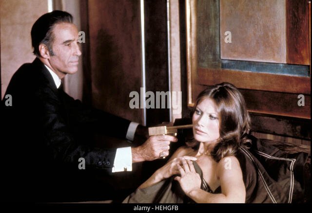 CHRISTOPHER LEE & MAUD ADAMS JAMES BOND: THE MAN WITH THE GOLDEN GUN (1974) - Stock Image