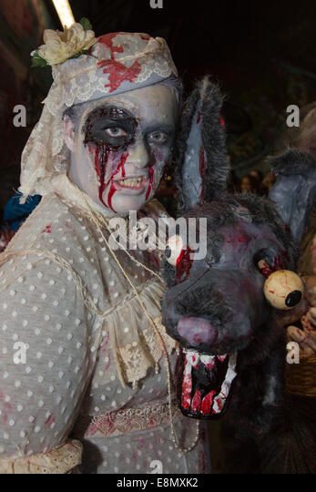 London, UK. 11 October 2014. Hundreds of scary Zombies gathered on World Zombie Day 2014 in the graffiti-covered - Stock Image