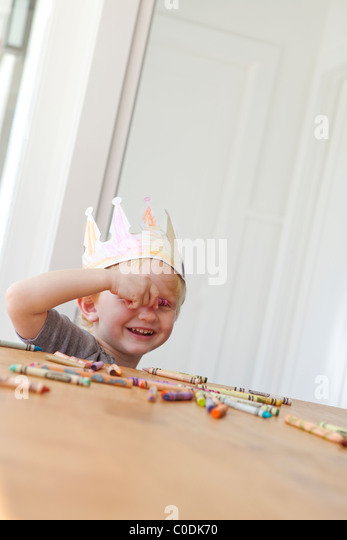 Little girl wearing home made crown - Stock Image
