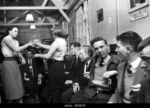 SOUTH LONDON teenage dance club in 1957 - Stock-Bilder