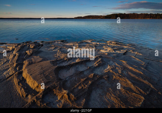 Rock formations at the lakeside of Vansjø in Østfold fylke, Norway. - Stock-Bilder
