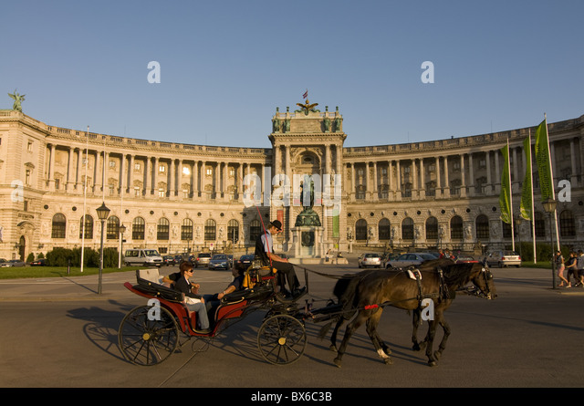 Horse cart in front of the Hofburg Palace on the Heldenplatz, Vienna, Austria, Europe - Stock Image