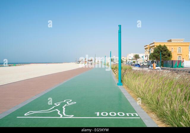 New redeveloped jogging and walking track along beach at Umm Suqueim  in Dubai United Arab Emirates - Stock-Bilder