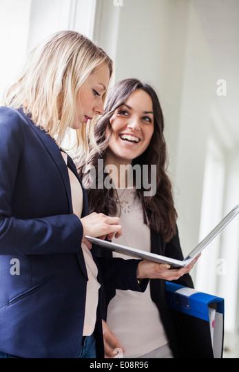 Businesswomen with laptop in office - Stock-Bilder