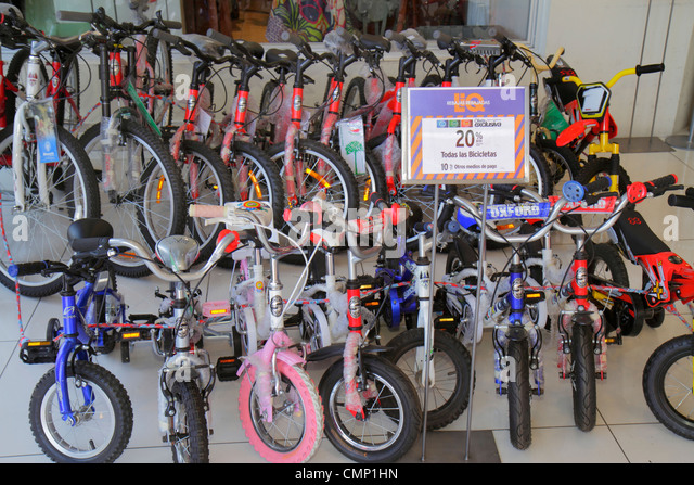 Chile Arica Paseo Peatonal 21 de Mayo pedestrian mall shopping store business bicycles sign sale discount percentage - Stock Image