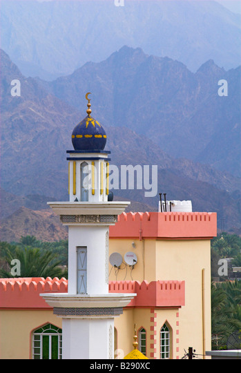 Mosque and mountains Ar Rustaq Oman Date 12 03 2008 Ref ZB917 111153 0016 COMPULSORY CREDIT World Pictures Photoshot - Stock Image