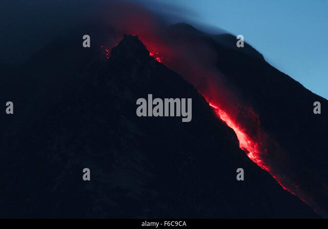 Sumatra, Indonesia. 16th Nov, 2015. An image with a long exposure shows the flow of hot lava volcano Sinabung, seen - Stock Image