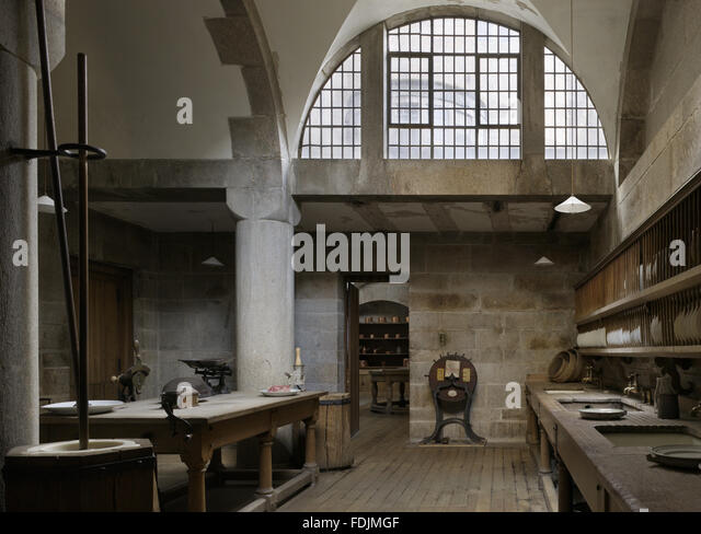The Scullery at Castle Drogo, Devon. The washing up was done here in the three sinks beneath the long rows of plate - Stock-Bilder