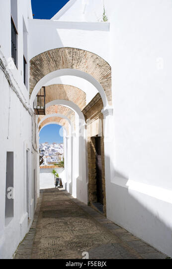 Arched architecture in the narrow lanes of the picturesque village of Vejer de la Frontera, Andalucia, Spain, Europe - Stock-Bilder
