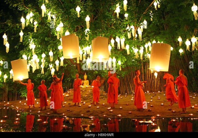 Chiang Mai, Thailand. 14th November 2016. Monks celebrate the Loy Krathong festival at Wat Phan Tao Temple, Chiang - Stock-Bilder