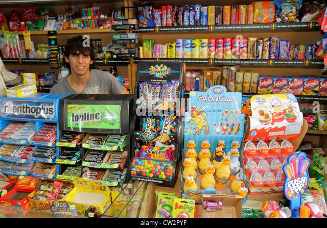 Mendoza Argentina Avenida Espejo convenience store business shopping breath mints gum candy confectionery brand - Stock Image