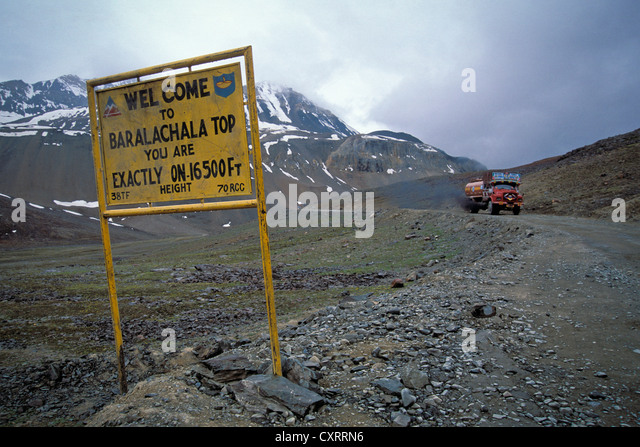 Street sign, truck reaches the highest point of the pass, Baralacha La or Baralacha Pass, Ladakh, Indian Himalayas - Stock Image