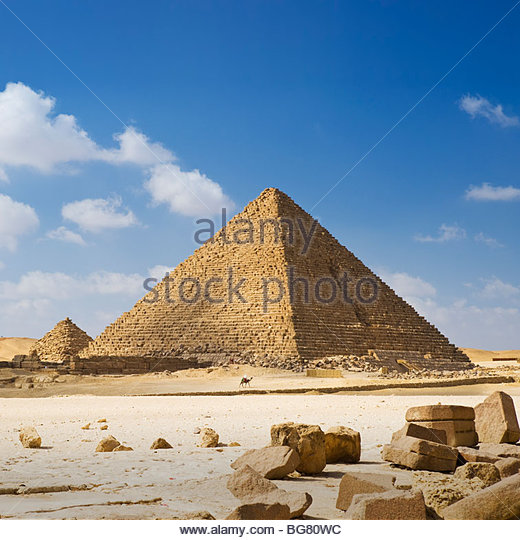 A man on camelback is dwarfed by the Pyramid of Menkaure, Giza Pyramids, Cairo, Egypt. - Stock-Bilder