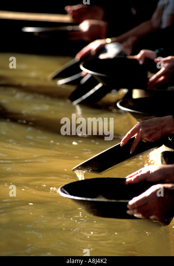 Alaska tourists panning for gold - Stock Image