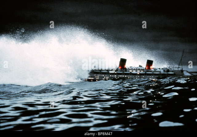 SS POSEIDON HIT BY TSUNAMI THE POSEIDON ADVENTURE (1972) - Stock-Bilder