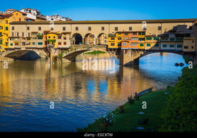 The river Arno and Ponte Vecchio bridge in Firenze (Florence), Italy. - Stock-Bilder