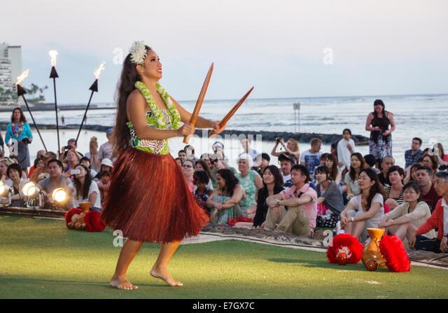 Hawaii Hawaiian Honolulu Waikiki Beach Kuhio Beach Park Hyatt Regency Hula Show woman dancing dancer dance audience - Stock Image