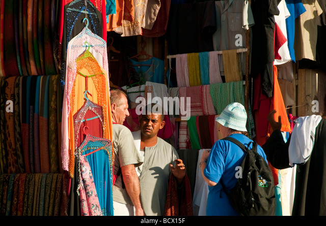 Egypt Kom Ombo tourist couple bargain with unhappy souvenir seller - Stock Image