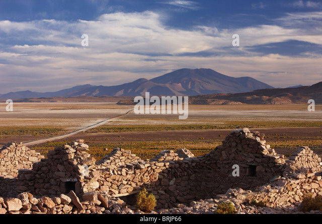 an abandoned house on the edge of the altiplano nr San Pedro de Quemez, Bolivia - Stock Image