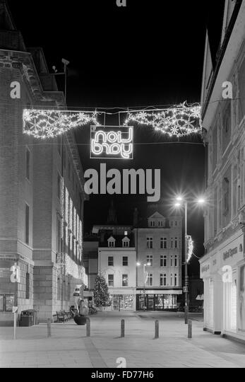 Cambridge Guildhall and Market Square with Lion Yard Christmas lights - Stock Image