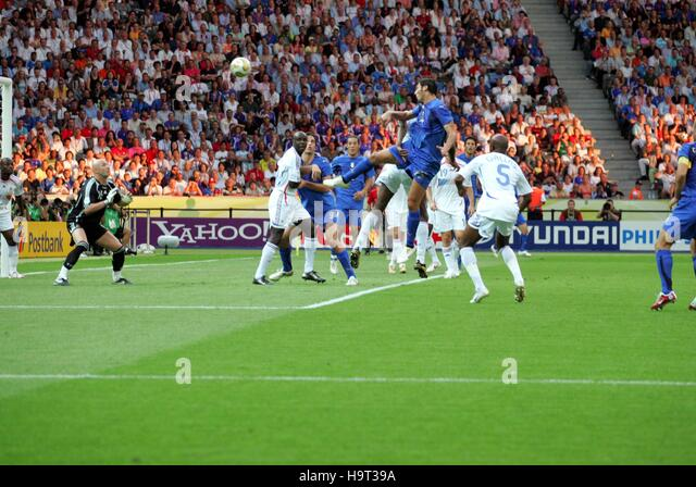 MARCO MATERAZZI SCORES ITALY V FRANCE OLYMPIC STADIUM BERLIN GERMANY 09 July 2006 - Stock-Bilder