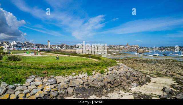 France, Brittany, Finistére department, Roscoff, Aire de jeux park and Vieux Port, the old harbour of Roscoff - Stock Image