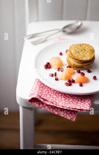 American Style Pancakes with Fruit - Stock-Bilder