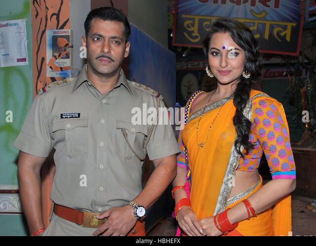 Bollywood actors Salman Khan Sonakshi Sinha pose promotion upcoming film Dabangg 2 sets TV serial Diya Aur Baati - Stock-Bilder