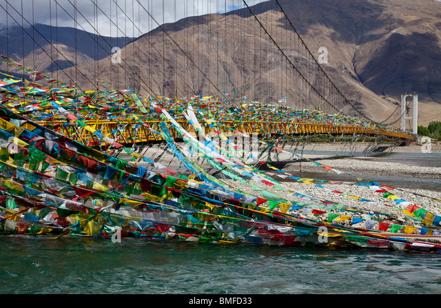 Prayer flags on a bridge over the Lhasa or Kyi-Chu River near Lhasa, Tibet - Stock-Bilder