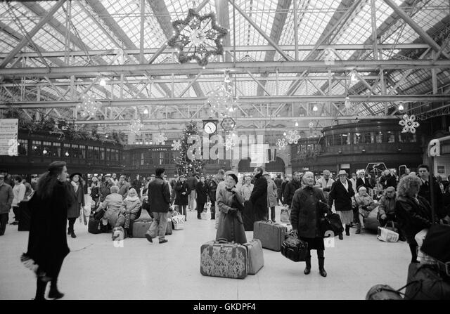 Passengers waiting at Central Station Glasgow, 1992 - Stock Image