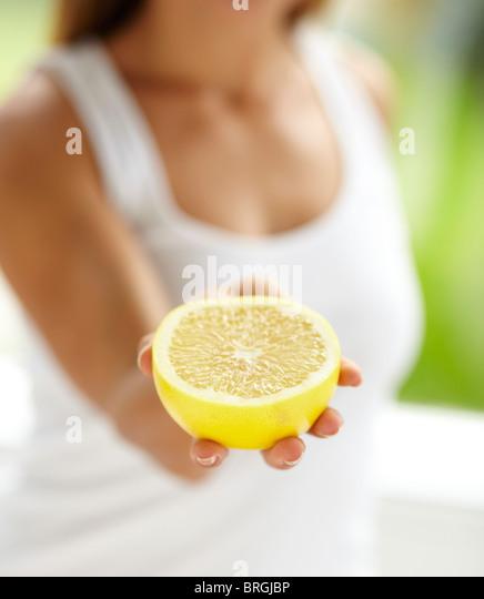 Woman holding grapefruit fruit segment - Stock-Bilder