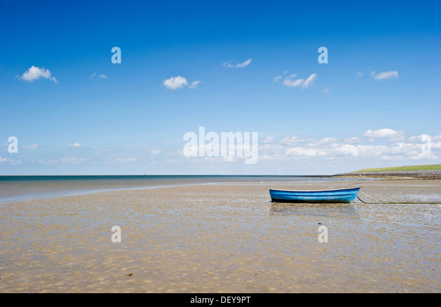 Blue rowing boat on the beach of Utersum, Foehr island, North Frisia, Schleswig-Holstein - Stock Image