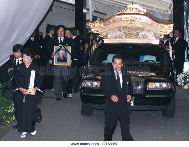 Yoshiko Morita (L), widow of Sony Corp co-founder late Akio Morita, and her son, Hideo (rear), walk along with a - Stock-Bilder