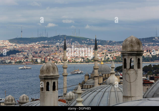 View of Süleymaniye Mosque across the Rüstem Pasha Mosque and the Bosphorus to Üsküdar on the - Stock Image