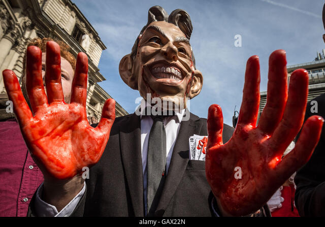 London, UK. 6th July, 2016. Anti-War protesters outside QEII conference centre in Westminster as Sir John Chilcot - Stock Image