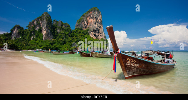 Longtail boats lined up on Railay Beach, Thailand - Stock-Bilder