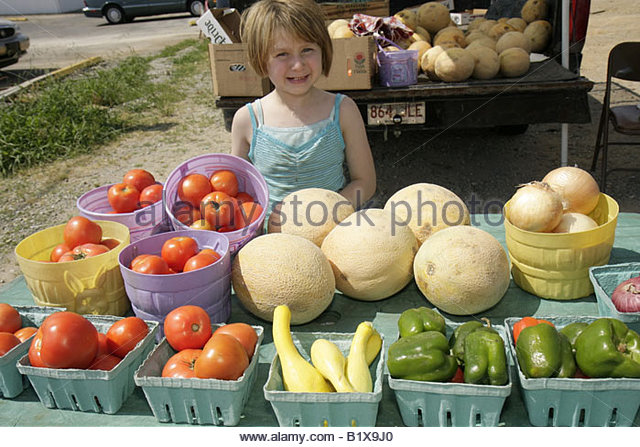 Arkansas Pocahontas Highway 62 roadside produce stand girl child vegetables tomatoes peppers onions nutrition food - Stock Image