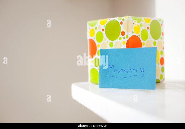 Gift and card with 'mummy' written on it - Stock-Bilder
