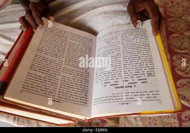 Temple priest reading the Bhagavad Gita - Stock Image