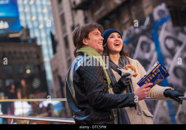 Young couple on vacation with map and bagel, New York City, USA - Stock-Bilder