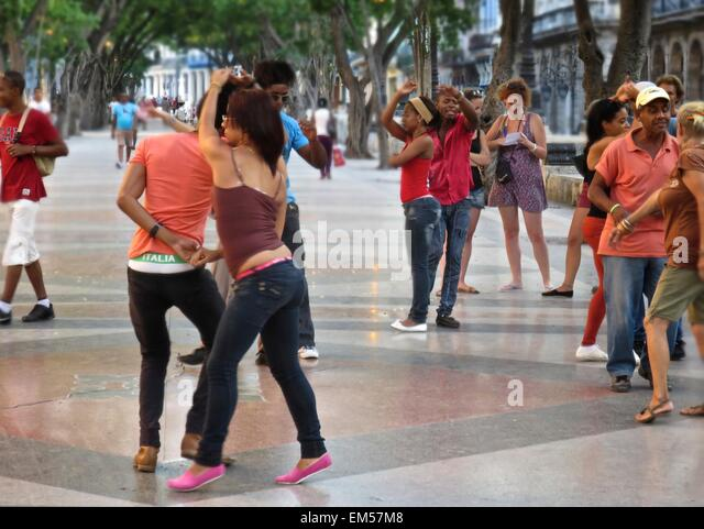 Cubans dancing salsa in the streets of Havana - Stock Image