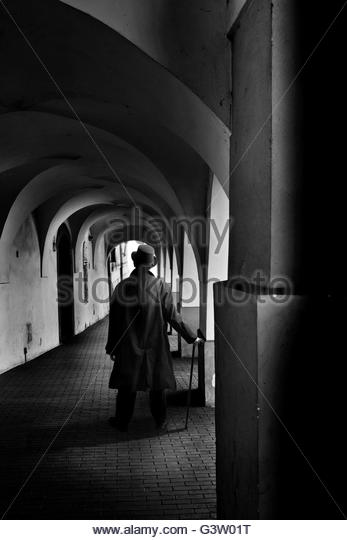 mysterious man wearing a top hat and holding a walking stick, standing in a passage - Stock-Bilder