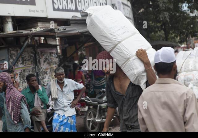 Indien carries a big package, Old-Dehli, India - Stock-Bilder