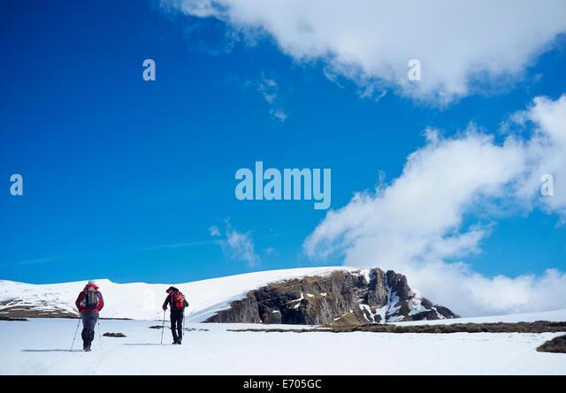 Two men hiking in snow, Bucegi Mountains, Transylvania, Romania - Stock-Bilder