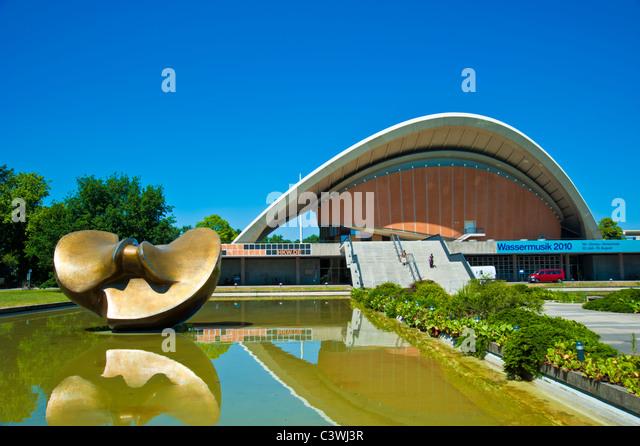 Henry Moore sculpture in front of Haus der Kulturen der Welt, Kongresshalle, Congress Hall, Schwangere Auster, Berlin, - Stock-Bilder