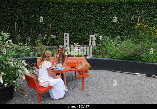 People having food and drinks in quiet settings at Rosendal gardens in Stockholm - Stock Image