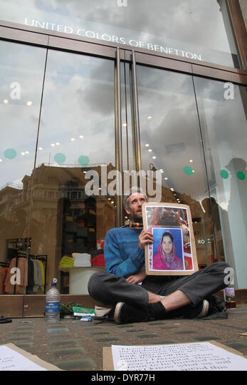 London, UK. 24th April 2014. Two protesters chained their necks on the doors of the Benetton shop on Oxford street. - Stock Image